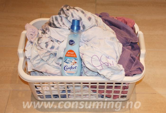 Comfort blå fresh tec i kurv med ubretta tøy