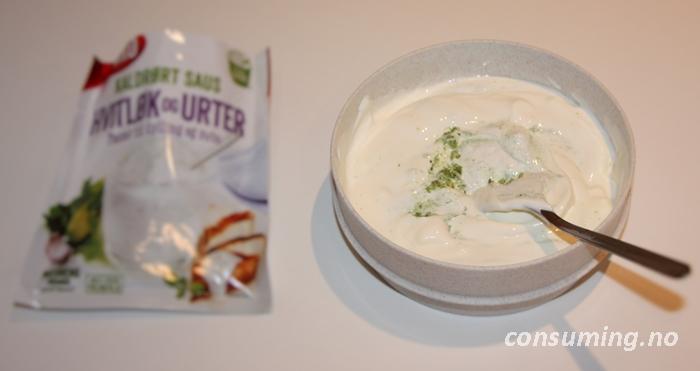Kaldrøt saus hvitløk og urter i skåla