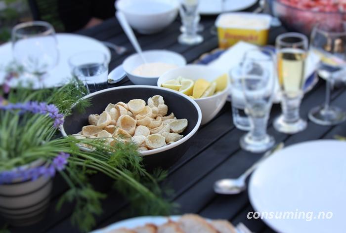Hummus creamy dill på bordet