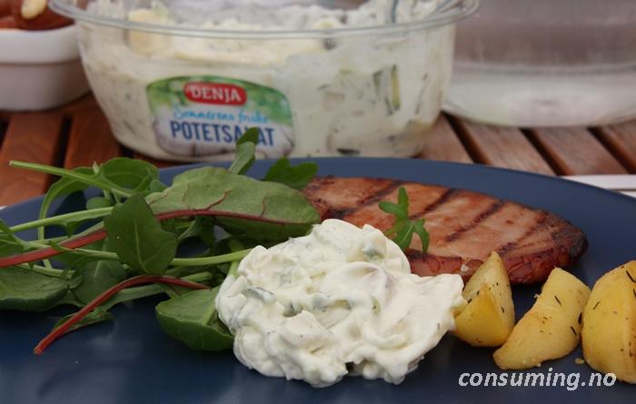 Potetsalat med agurk på tallerken