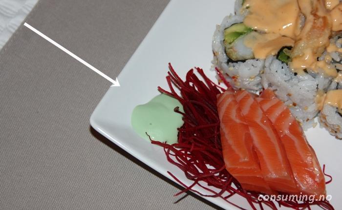 Blue Dragon Wasabi Sauce med Sushi på fatet