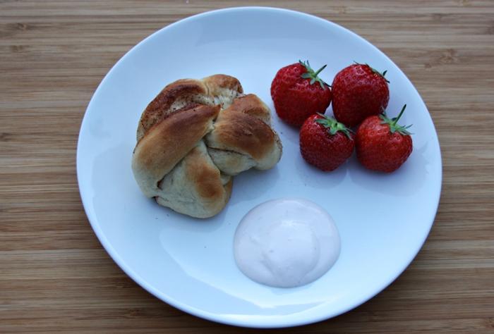 Kesam Jordbær og rabarbra på tallerken