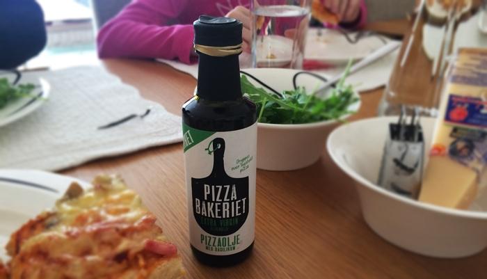 Pizzaolje fra PIzzabakeriet på bordet