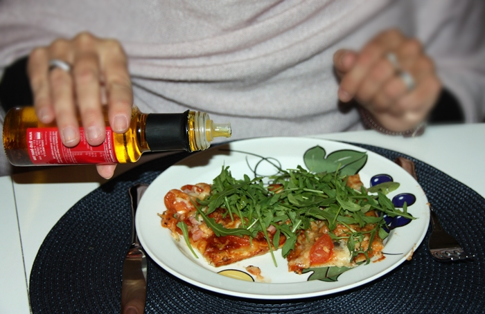 pons-tabasco-og-olivenolje-tommes-pa-pizzan